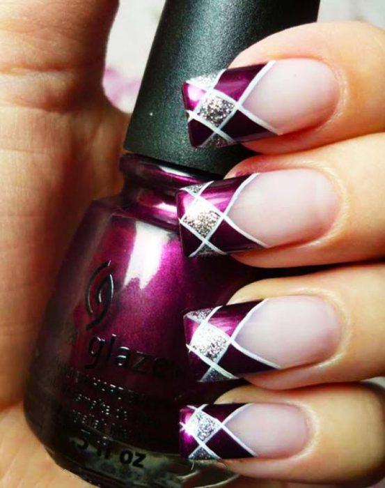 Diseños de uñas color ciruela con lineas blancas y cuadros gris