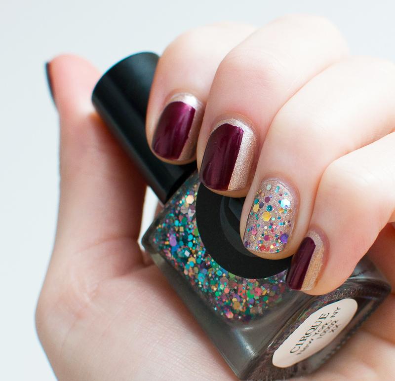 Diseños de uñas color ciruela con dorado y gliter de colores