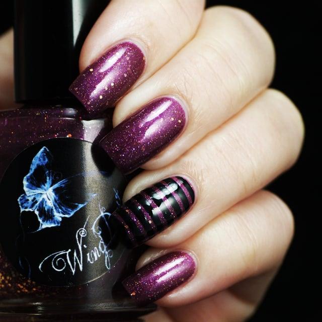 Uñas de color ciruela con negro