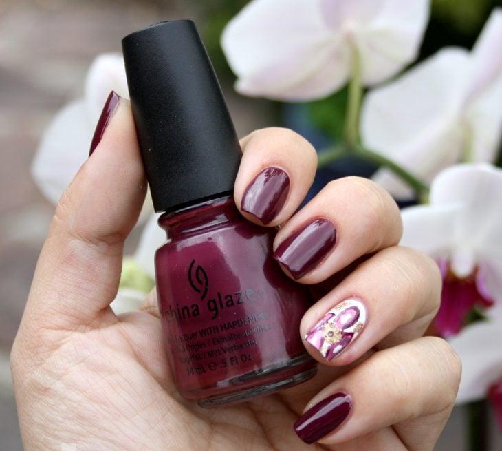 Diseños de uñas color ciruela con lineas blancas