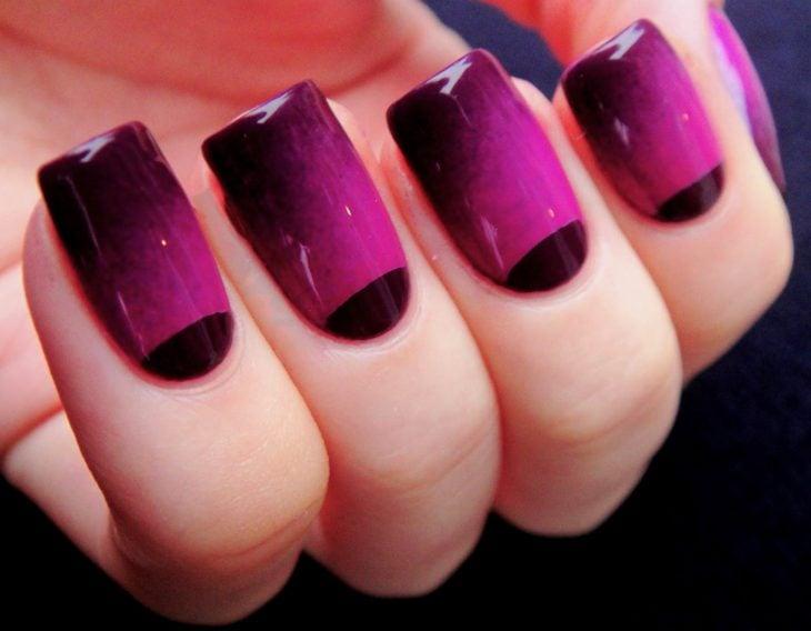 Uñas de color ciruela con rosa y negro