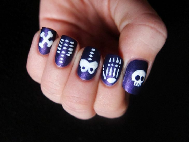 Diseño de uñas para halloween con huesos