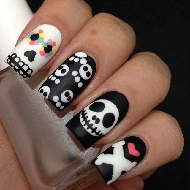 Diseño de uñas para halloween con calaveras