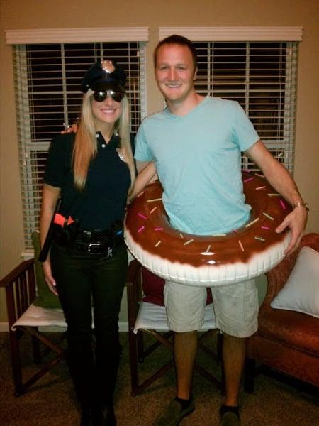 pareja disfrazada de policía y dona