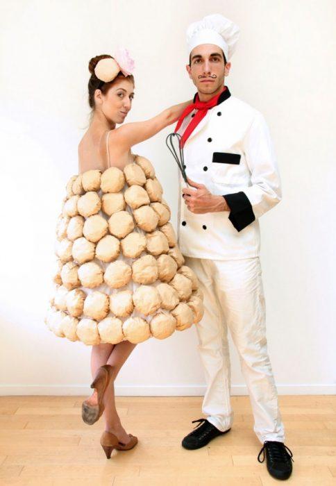pareja disfrazada chef y pastel de bodas
