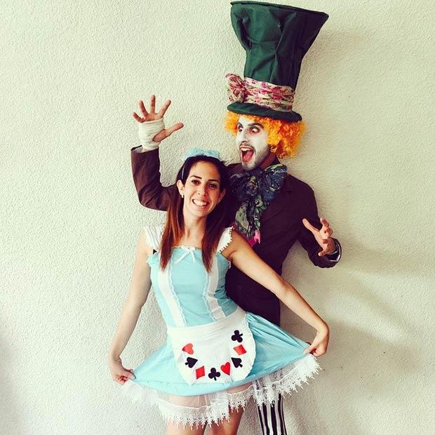 pareja disfrazada alicia y sombrerero loco