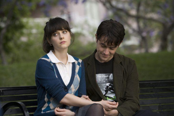 Escena de la película 500 días con ella tom dibujando en la mano de summer