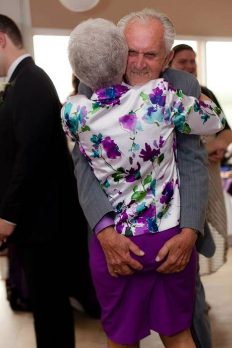 Viejito agarrándole las nalgas a su esposa