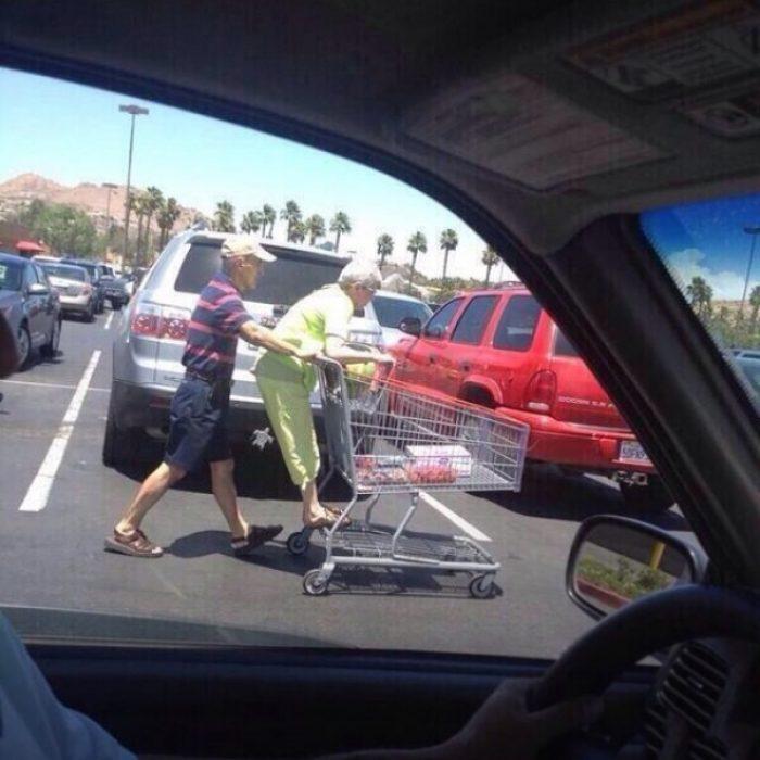 Pareja de ancianos jugando en el supermercado