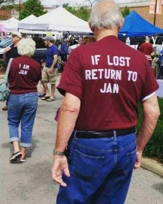 Pareja de ancianos con playeras por si se pierden