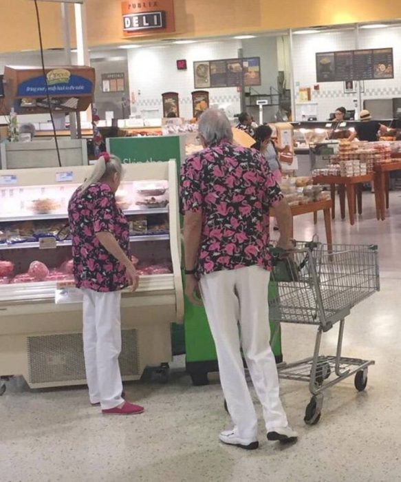 Pareja de ancianos uniformados con la misma ropa