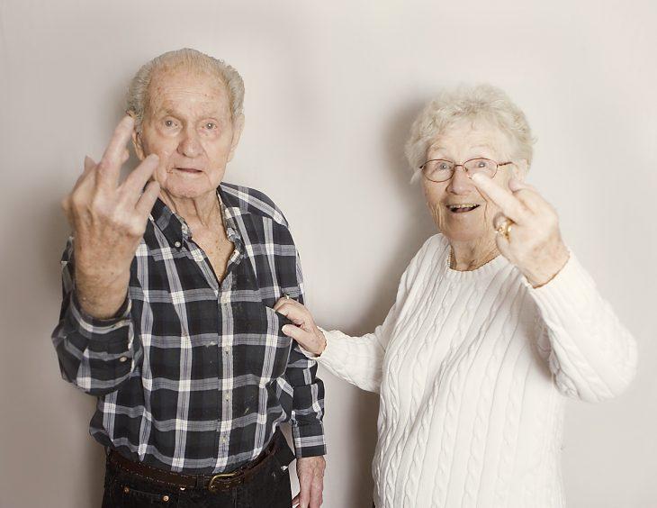 Pareja de ancianos parando dedo