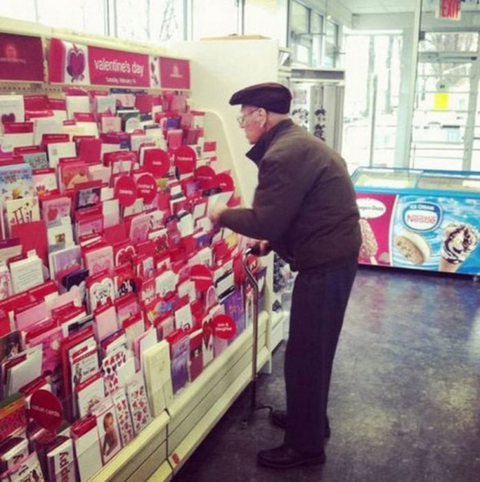 Anciano viendo tarjetas de amor