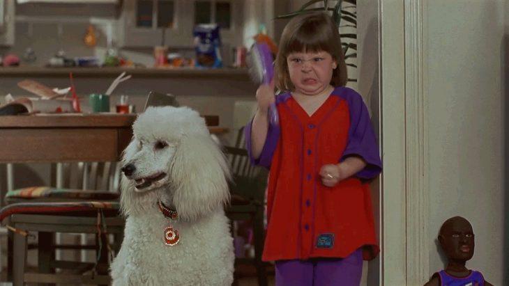 niña enojada al lado de perro