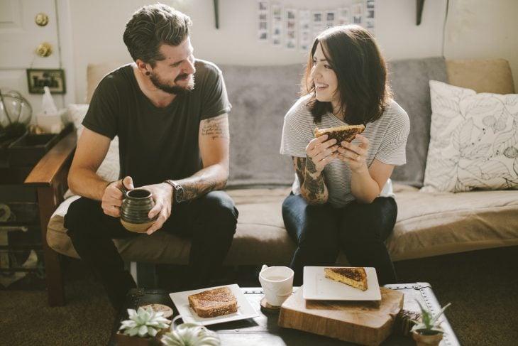 pareja de novios conversando mientras están comiendo