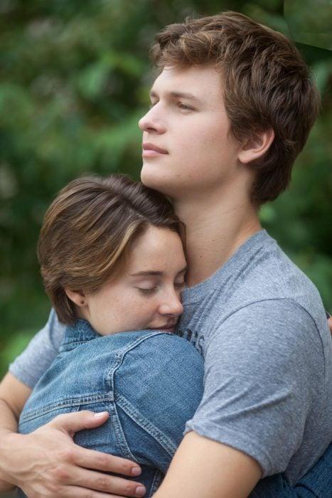 Pareja de novios abrazados sonriendo