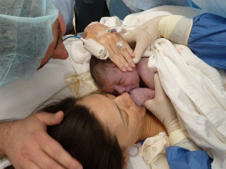 médicos colocan recién nacido en pecho de la madre