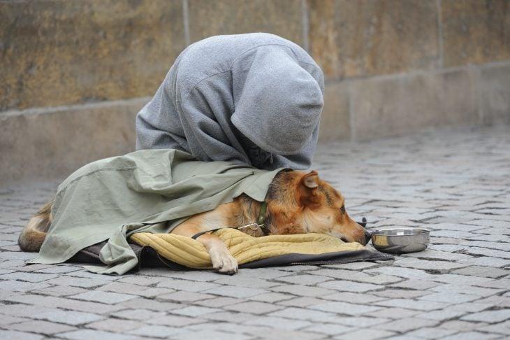 Hombre de la calle junto a su perro