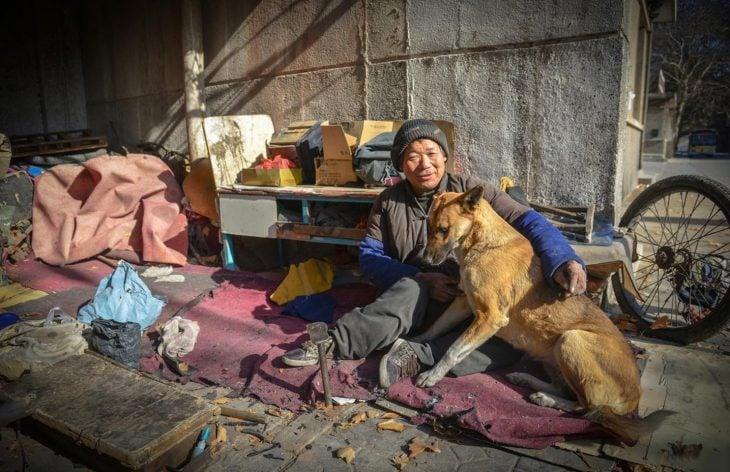 Señor sin hogar junto a su perro