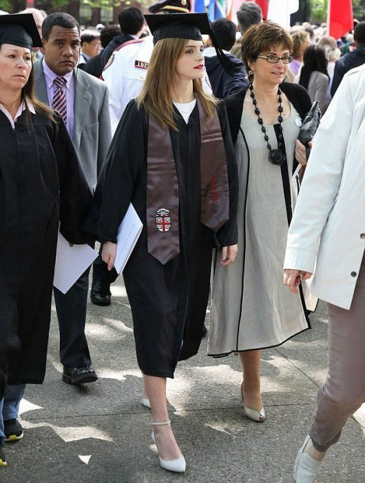 Emma Watson y su madre el día de su graduación