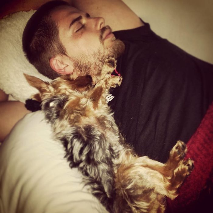 Perro abrazando a su dueño
