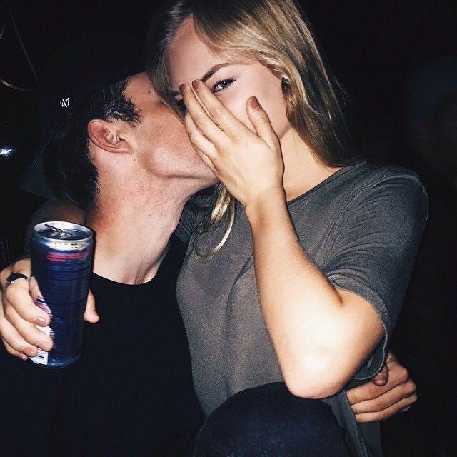 Pareja bebiendo alcohol