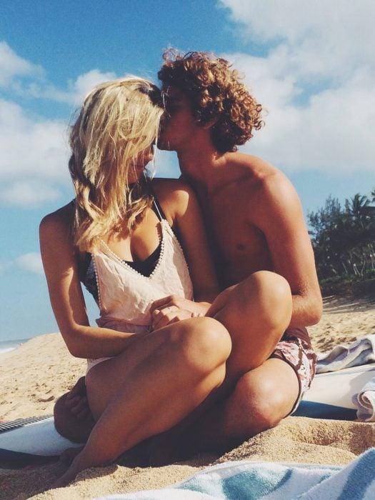 Pareja disfrutando en la playa