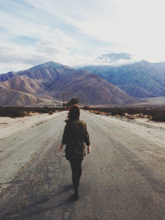 Chica caminando carretera
