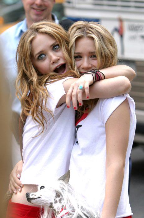 Gemelas Olsen abrazadas