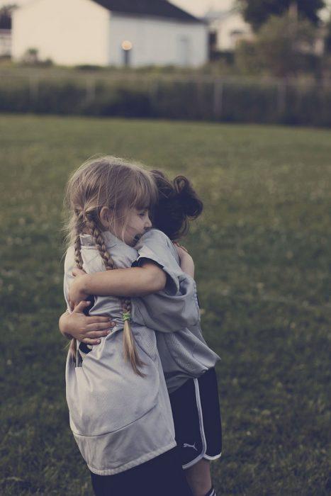 Niñas pequeñas abrazadas
