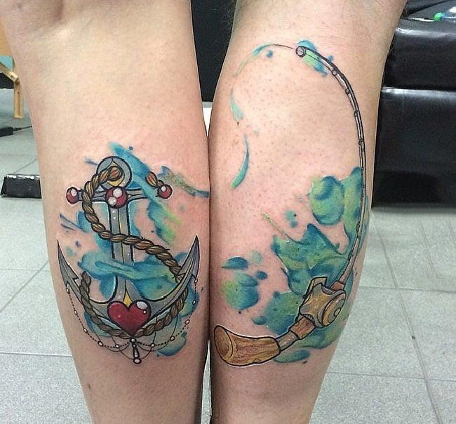 Pareja juntando sus manos para mostrar sus tatuajes