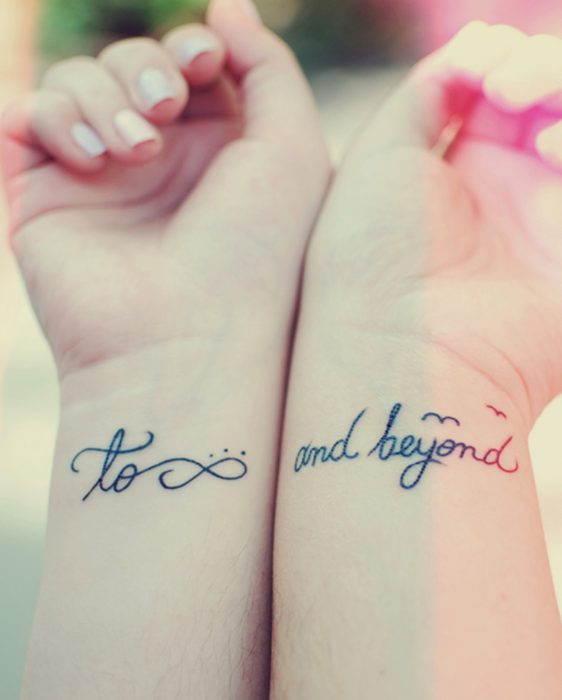 Pareja mostrando sus tatuajed de amor