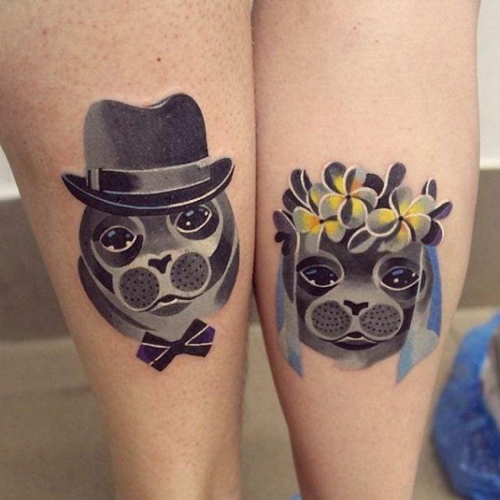 pareja mostrando sus tatuajes de perritos