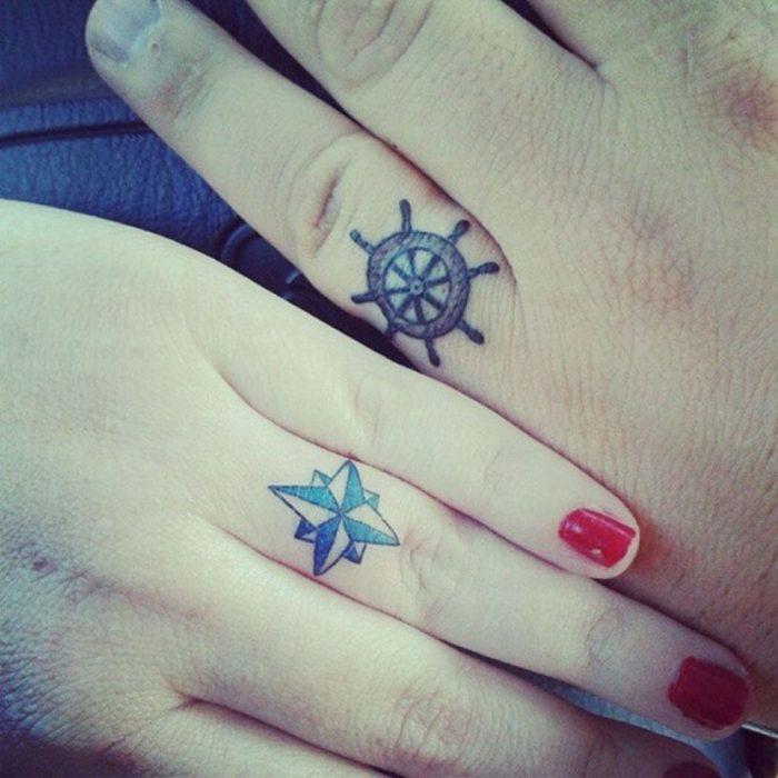 pareja mostrando sus tatuajes