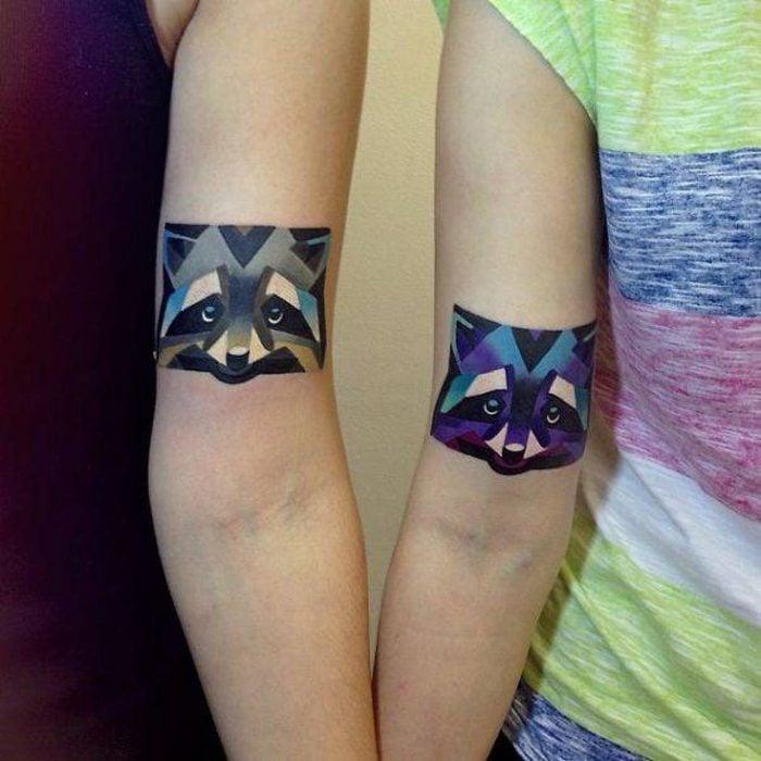 pareja mostrando su tatuaje de mapaches