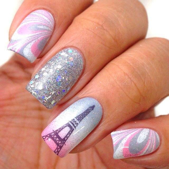 Estilo de uñas parisino en color morado, rosa y plateado