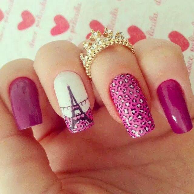 Estilo de uñas parisino en color rosa con animal print y dibujo de la torre efiel