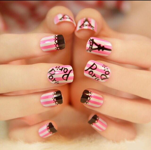 estilo de uas parisino color rosa con lineas blancas y negras