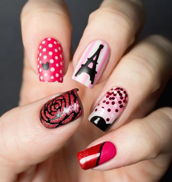 Estilo de uñas parisino en color rojo con rosa