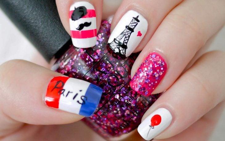 Estilo de uñas parisino en color rosa con azul y rojo