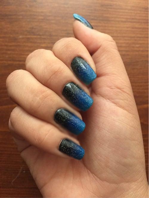 Uñas cósmicas azul con negro
