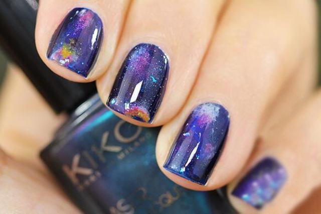 Uñas cósmicas moradas brillantes