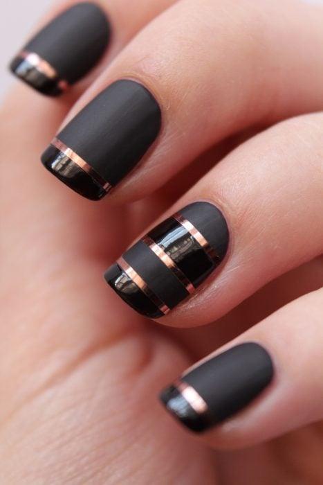 Uñas metalicas negras con rayas plateadas