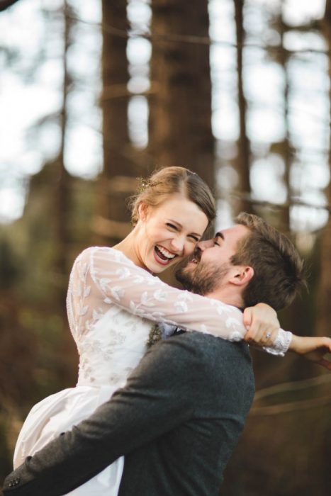 Pareja de novios abrazados riendo