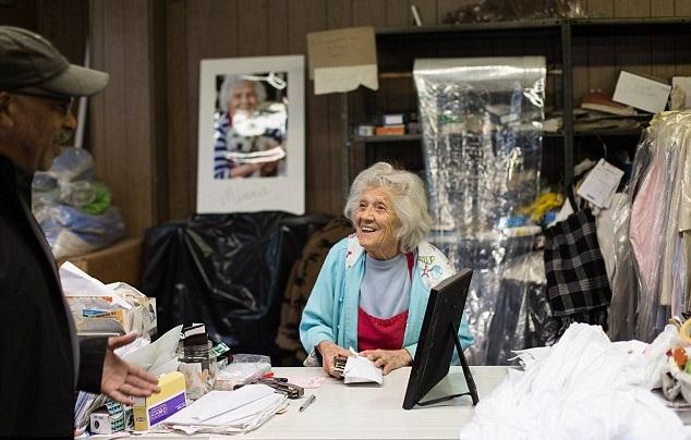 Felimina Rotundo trabajando en la lavandería