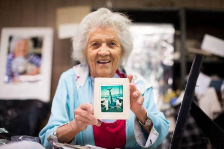 Felimina Rotundo mostrando una fotografía