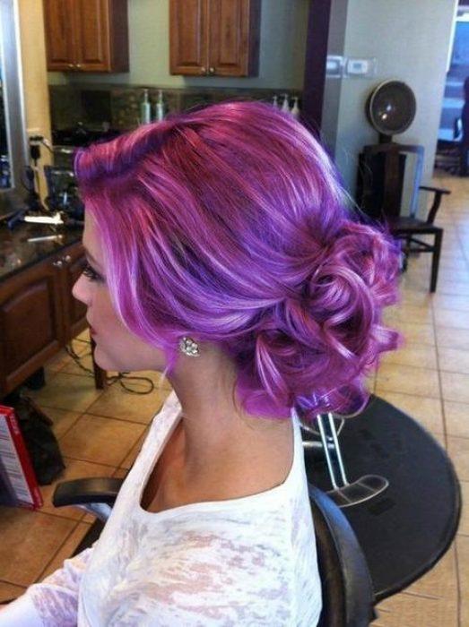 Chica sentada con el cabello peinado en color morado