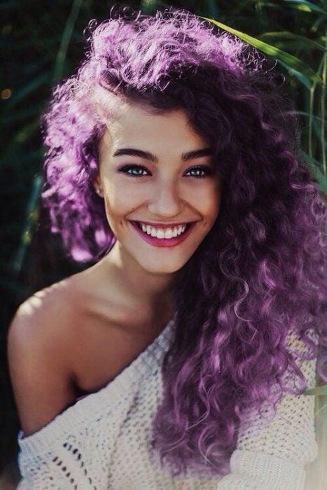 Chica con el cabello chino en color morado
