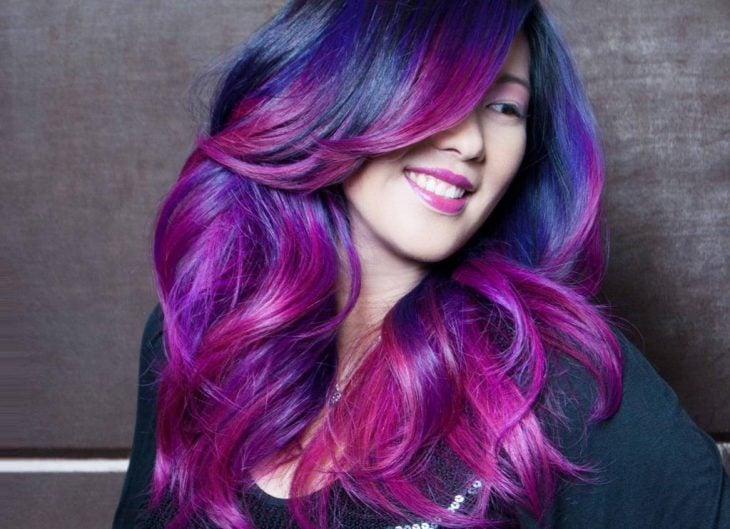Chica con el cabello morado, rosa y azul