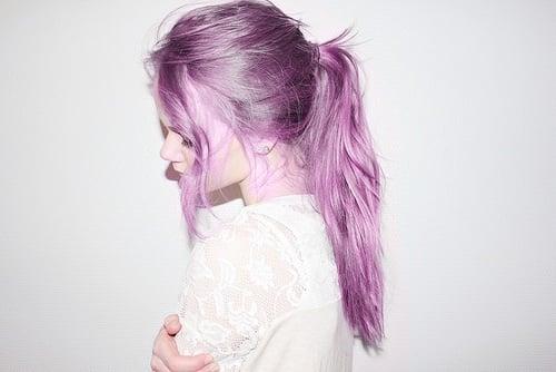Chica con el cabello morado atado en una coleta
